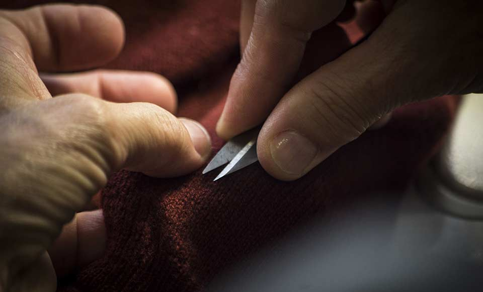 Refining a pure cashmere wrap in bordeaux colour